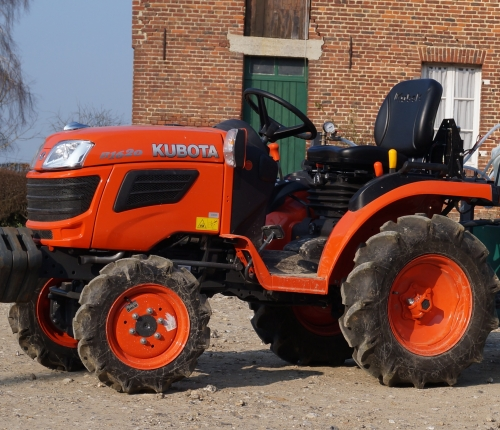 We are equipped with compact KUBOTA tractors, B1620 series